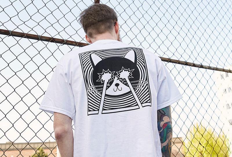 Weißes T-Shirt mit dem LASERCAT Kunstdruck von VULKANVULKANVULKAN, Rückenansicht | VULKAN Shop