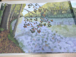 Il·lustració impresa en lona que representa un riu permanent pel joc de la xarxa tròfica