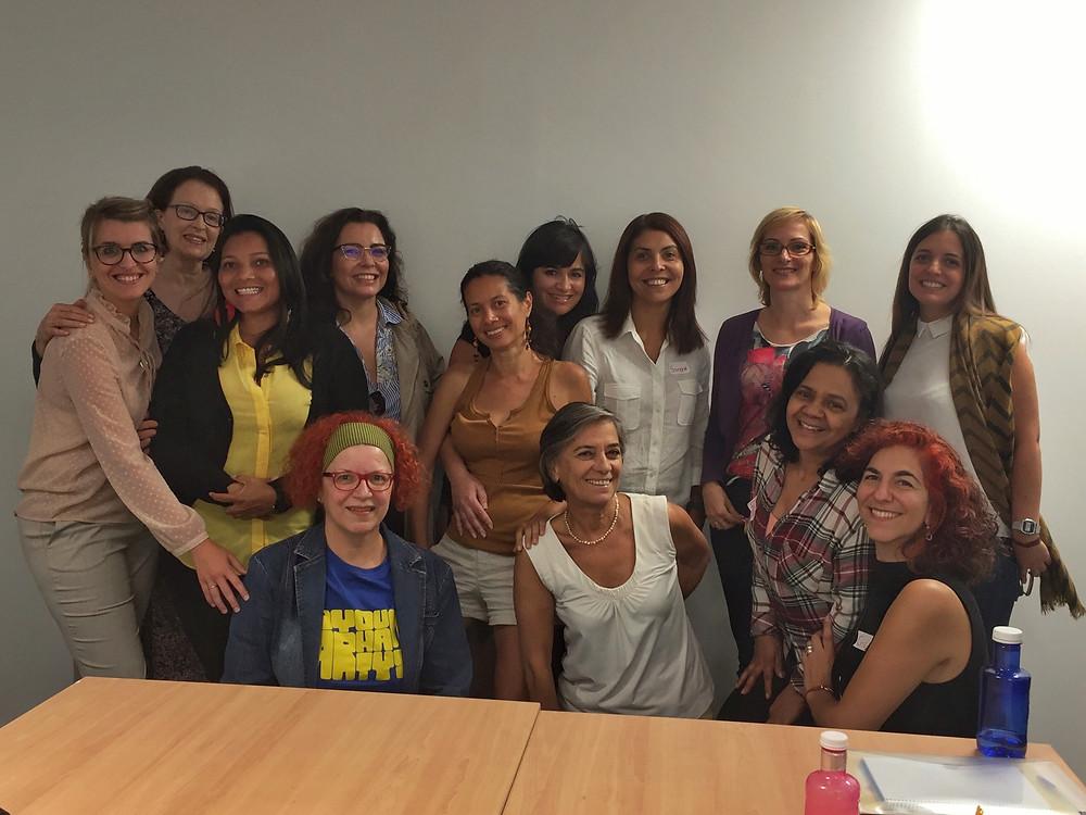 Da esquerda para a direita, de pé: Talita, Marina, Maria, Milla, Glaucia, Eliane, Simone, Simone e Diana. Abaixo: Sandra, Luz, Gessy e Cristina.