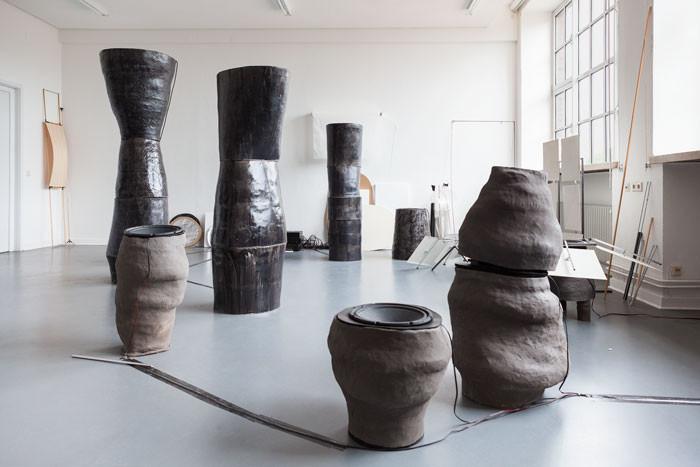 Angela Anzi, Hilfestellung an Objekten II, installation view