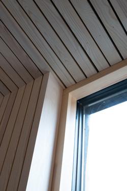 Detalj av vindu mot skråtak