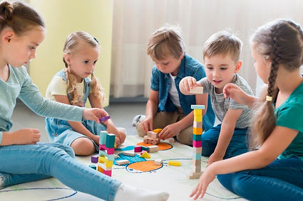 enfants-jouant-ensemble-maternelle_23-21