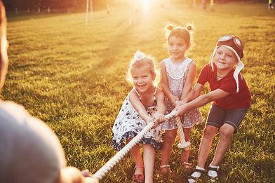 enfants-jouent-papa-dans-parc-ils-tirent