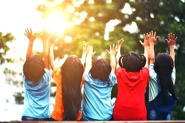 groupe-amis-enfants-bras-autour-assis-en