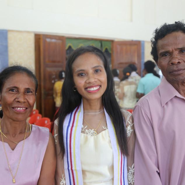 gradaute with parents 2.jpg