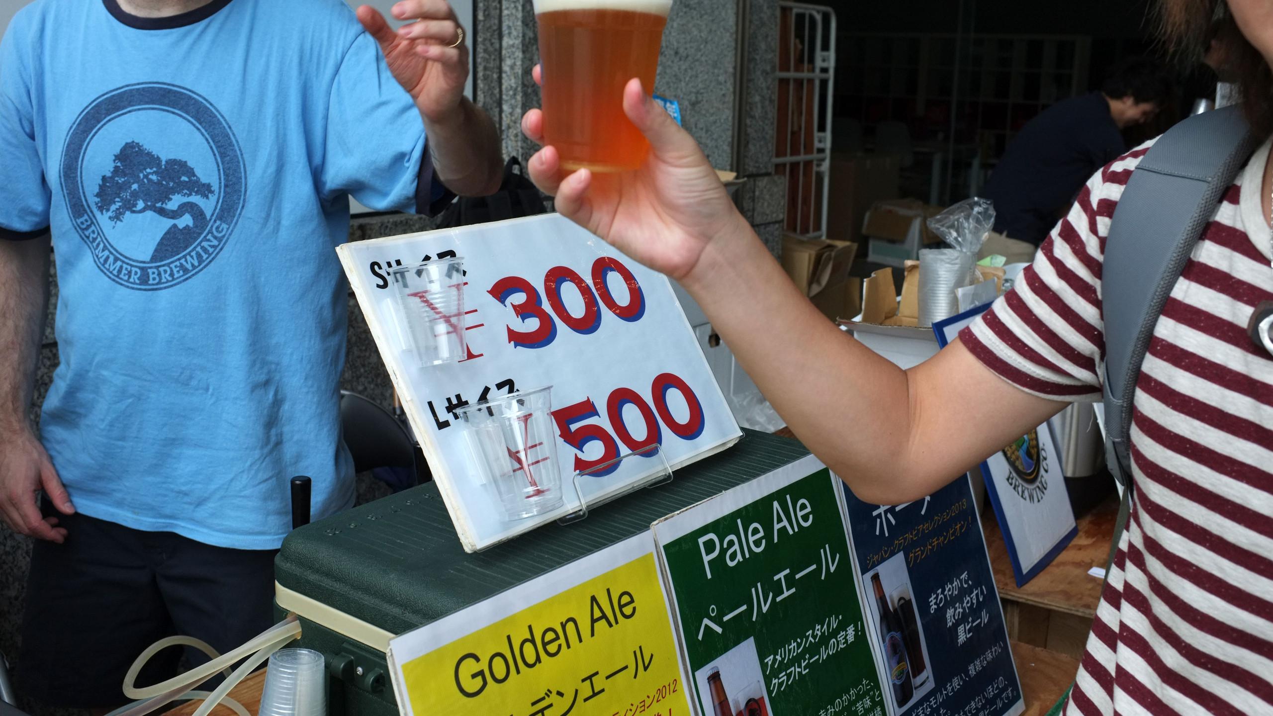 品嚐一杯農友自釀啤酒