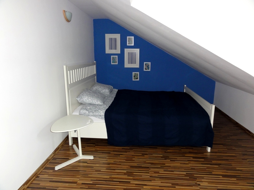 Sypialnia z oknem na zieleń leszczyn