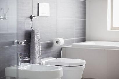 אמבטיה מעוצבת בדירת קבלן