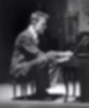 トイピアノを弾くケージ