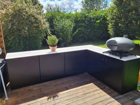 Bylogstrup udekøkken med kerrock bordplade fra Massiv
