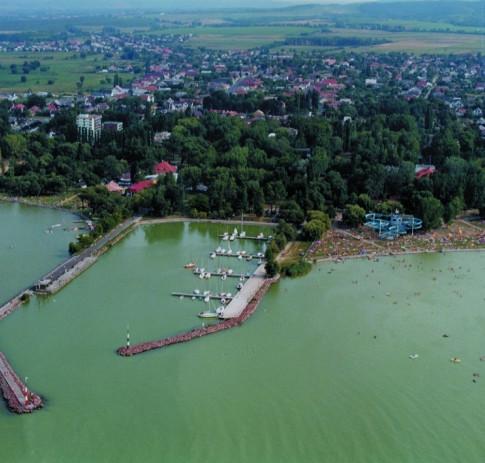 Balatonlelle, strand és kikötő