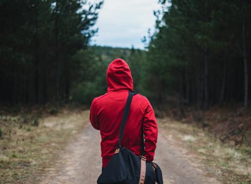 A desidentificação com o sofrimento como caminho para a abundância.
