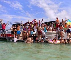 It's Sunday! 😄🌶❤️#hauloversandbar #miami #boatparty #partyboat #bentley #haulover #sandbar #pontoo