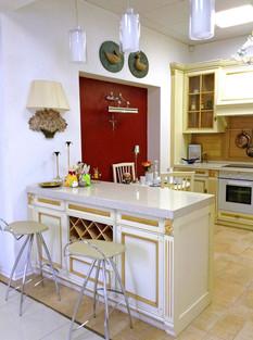 Кухня произ-во фабрика CA d'ORO (Италия) модель Fortuna Gold. Фасад - дерево (массив) с декоративными эллементами резьбы, цвет - panna - сливочный с отделкой темное золото. Столешница - кварц biege duna quarella.