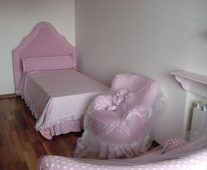 Кровать, покрывало и валик-подушка + кресло с игрушками и диванчик произ-во Halley