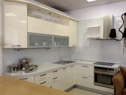 Кухня фабрики GD Arredamenti модель Seta laccata lucida (крашенная глянцевая).  Фасад - МДФ крашенный глянцевый, цвет кремовый. Застенок - стекло.