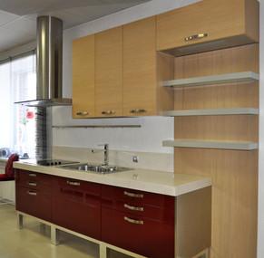 Кухня фабрики GD Arredamenti модель Seta lacca lucido. Фасад - МДФ, крашеный глянцевый, красно-рубинового цвета (Rosso Rubino); и шпон дуба, цвет Rovere Naturale.