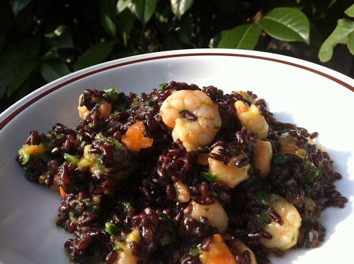 Black rice and prawns