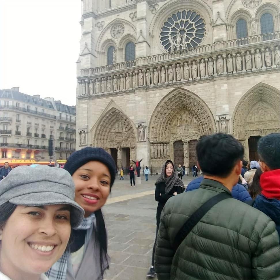 duas amigas tirando selfie em frente à catedral de notre-dame