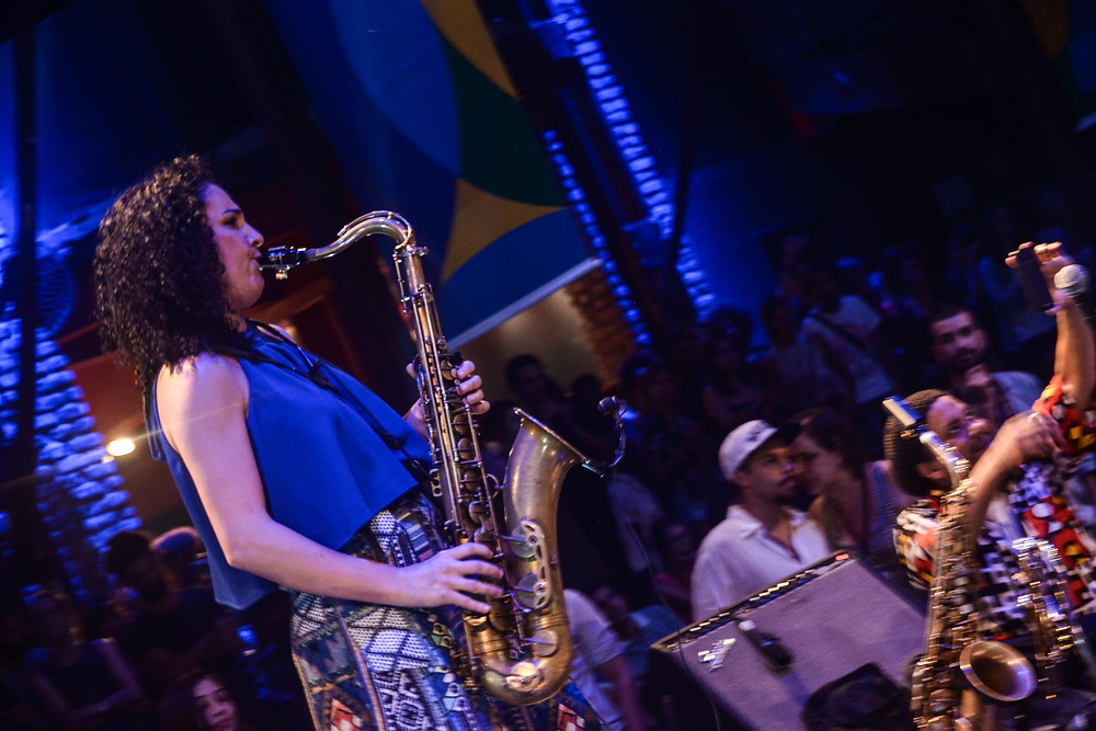 Sintia Piccin Fermino tocando saxofone no palco da Fundição Progresso
