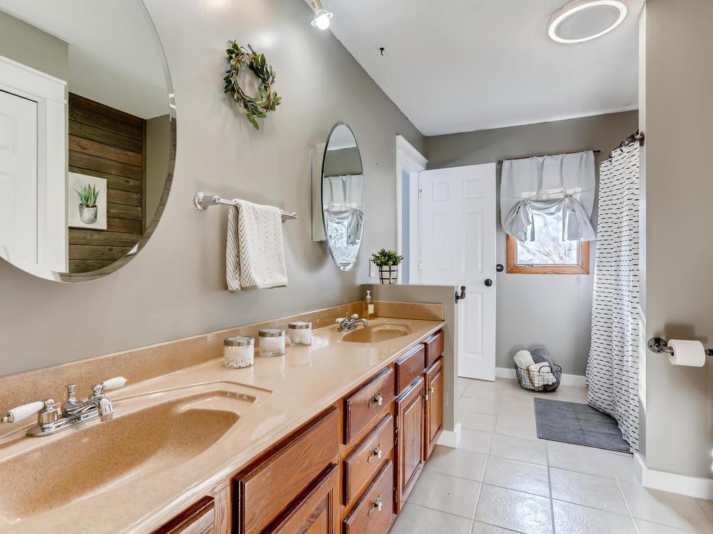 Walk-Thru Full Bath