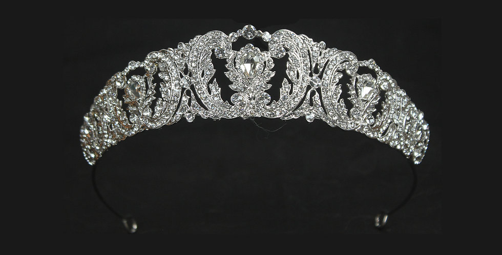 #weddingtiaras #tiarasforweddings #tiarasandcrowns #bridalheadpieces  #tiarasandco #BrautTiara #Diademe für Bräute #diademade