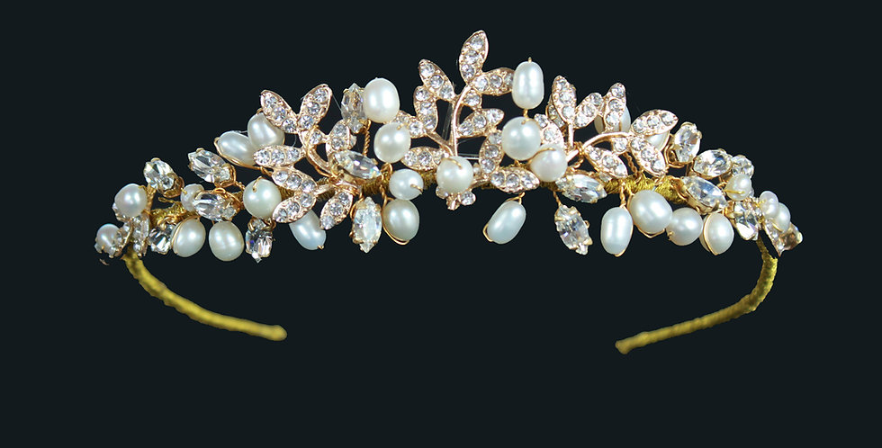 A lovely silver tone tiara in a vintage Baroque style and encrusted with high grade cubic zinconia.  This wedding tiara measu