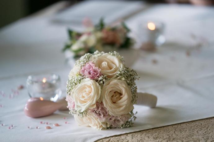 Hochzeitsstrauss auf Tisch.JPG