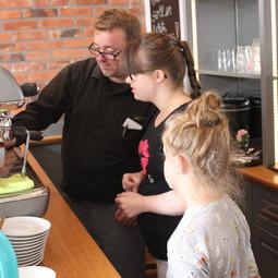 Unsere Café Mitarbeiterin Hanna lässt sich vom erfahrenen Kollegen des Hotels die Espressomaschine erklären