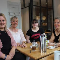 """Intensive Gespräche und Gedankenaustausch unter Fachfrauen mit Hotelleitung der """"Villa Stern"""" Frau Lara Janßen, Claudia, Hanna und Christina"""