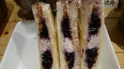 クリームチーズとピーナッバター・ブルーベリージャムのトースト