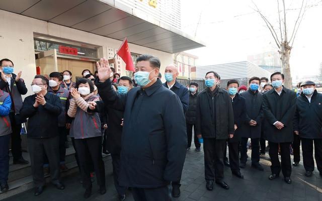 El presidente Xi Jinping inspecciona el trabajo de prevención y control del coronavirus en la comunidad de Anhuali en Beijing,10 de febrero de 2020. Xinhua vía Reuters