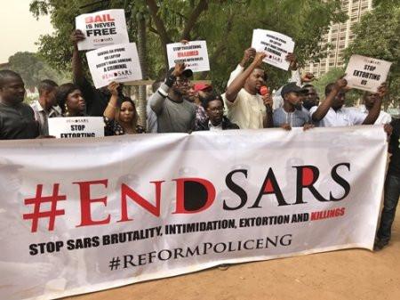 NIGERIANOS EXIGEN A SU GOBIERNO QUE DESMANTELE EL ESCUADRÓN ESPECIAL ANTIRROBO (SARS)
