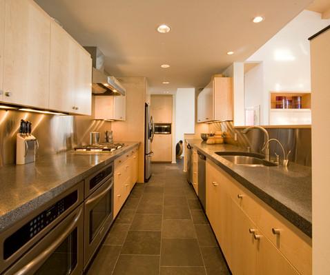 8 tips gør det aflange køkken lidt større, 8 tips to make an elongated kitchen even bigger.