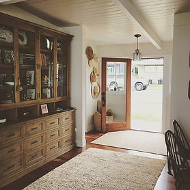 Morelli cottage entry: white and wood - Pelletier + Schaar