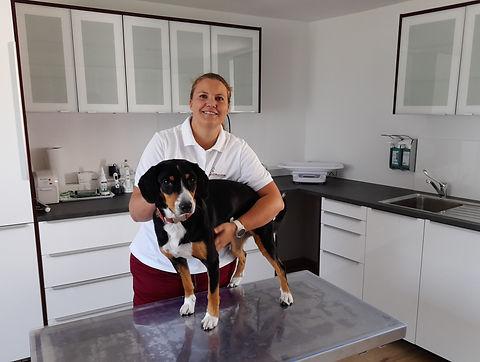 Ruth Duscher mit Hund am Untersuchungsti