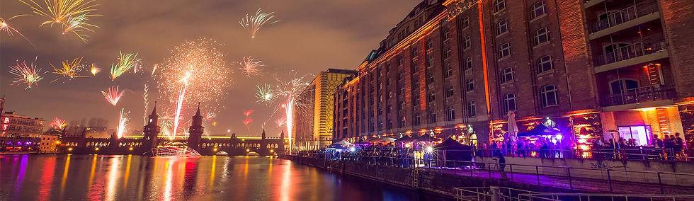 Spreespeicher und Feuerwerk über der Oberbaumbrücke