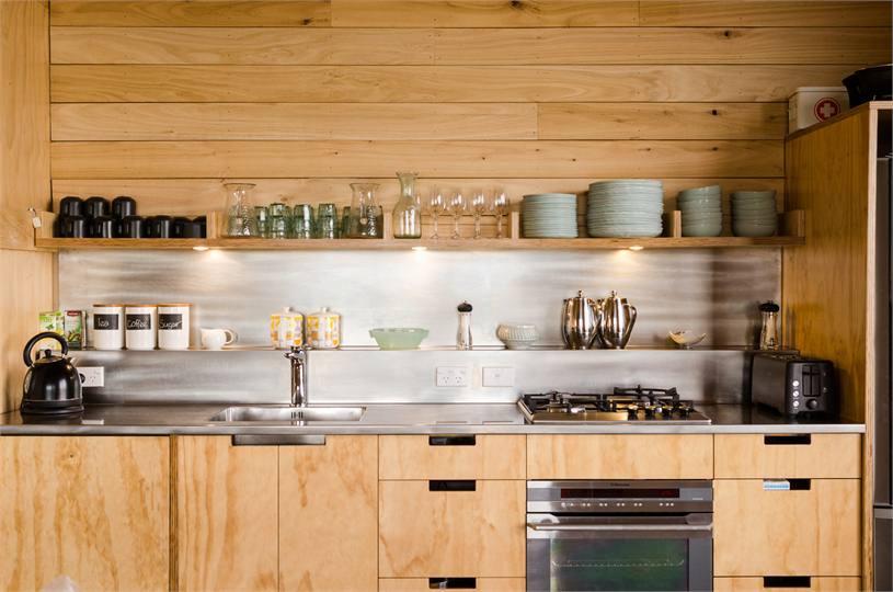 Stoney Bay Lodge Kitchen / Victoria Read Architecture