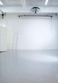 天井高4,7mの白い壁