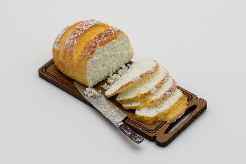 white sliced bread board