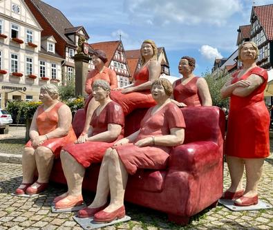 Betonfiguren Alltagsmenschen - rotes Sofa