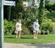 Betonfiguren Alltagsmenschen - Strandläuferinnen