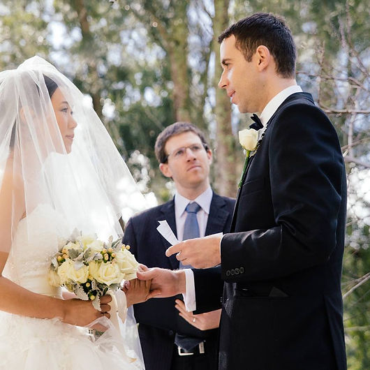 Sydney Jewish marriage celebrant Simon Lipschitz conducting a wedding