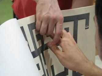 Photo montrant une impression tactile de l'un des labyrinthes du jeu Blind Zombies World Saga.