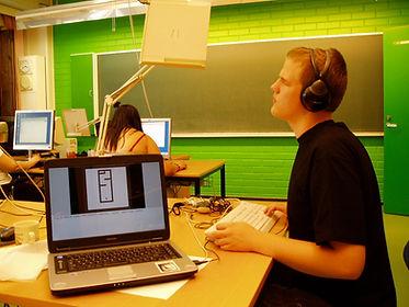Joueur aveugle jouant à un jeu audio