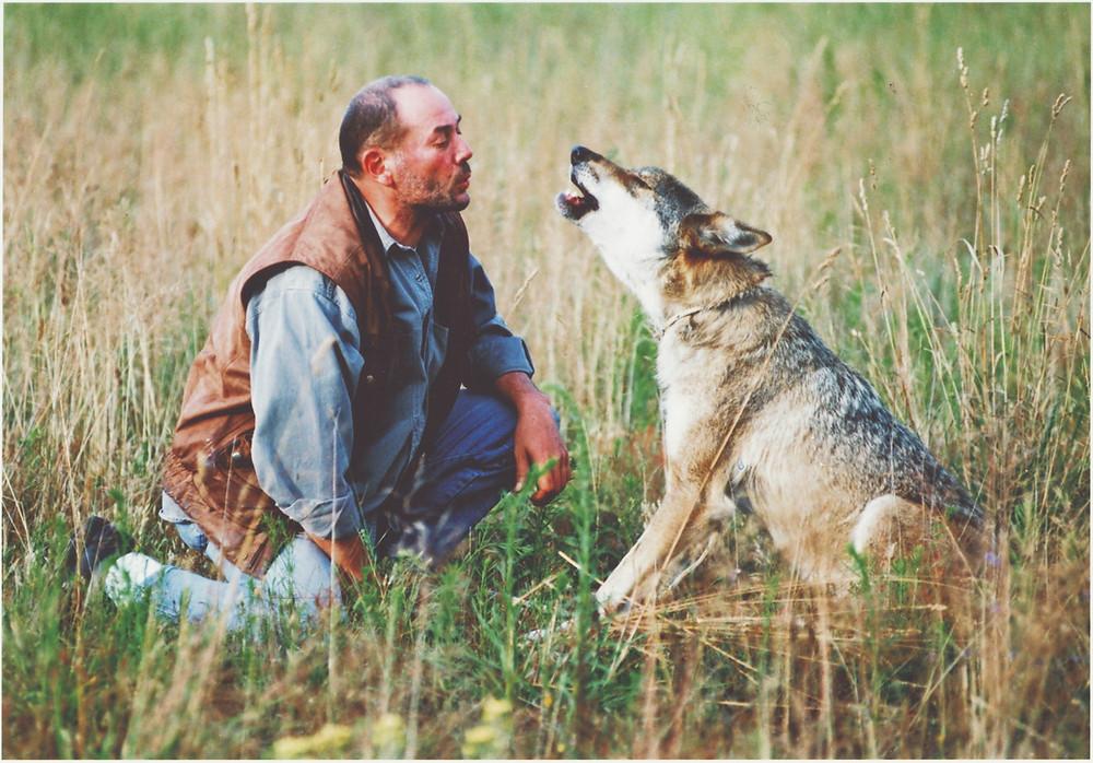 Toni Seiler mit Wölfin Inge