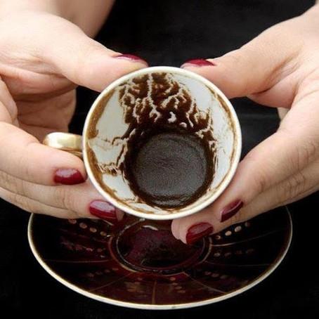 Cafeomancia: aprenda o que é o oráculo da borra do café