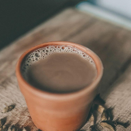 Aprenda a receita e os benefícios do chai latte gelado