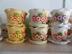 vaso de ceramica com flores aplicadas