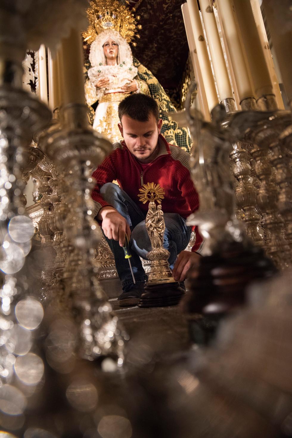 Un cofrade prepara una imagen para Semana Santa